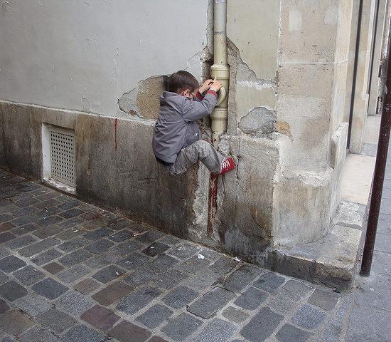 CC-BY-NC-ND Julie Kertesz, Un gosse à Paris